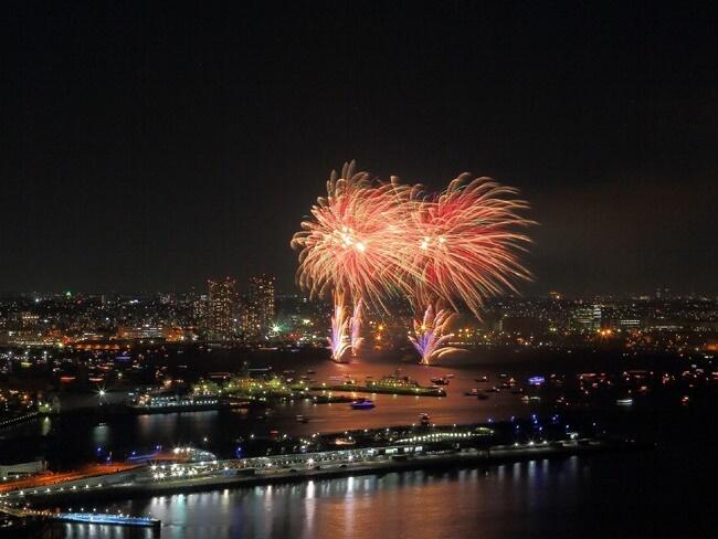 神奈川新聞花火の横浜マリンタワーからの様子
